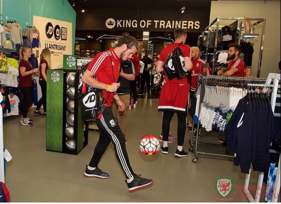 Gareth Bale va dong doi banh bao roi xu Wales du Euro 2016 hinh anh 10