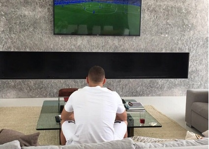 Benzema lui thui xem Phap thi dau qua TV hinh anh