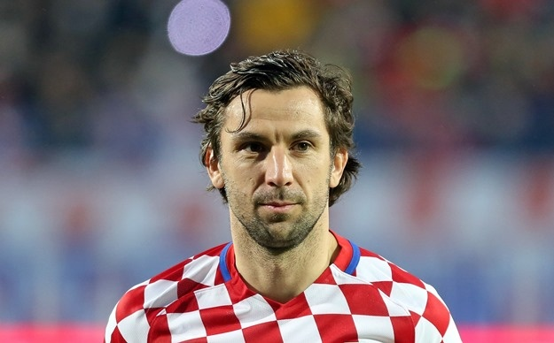 Croatia thang, thu quan Srna nuot nuoc mat ve chiu tang cha hinh anh