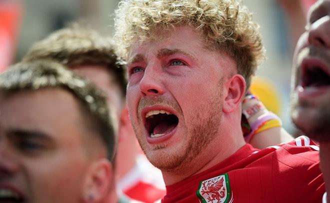 CDV Wales khoc ngat, nguoi Anh phat cuong sau chien thang hinh anh