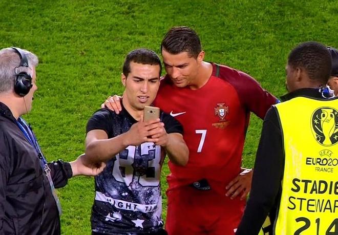 Ronaldo khien CDV khoc ngat vi buc anh chup chung hinh anh 1
