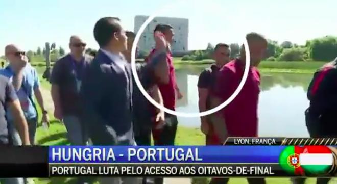 Ronaldo giat micro cua phong vien nem xuong ho nuoc hinh anh