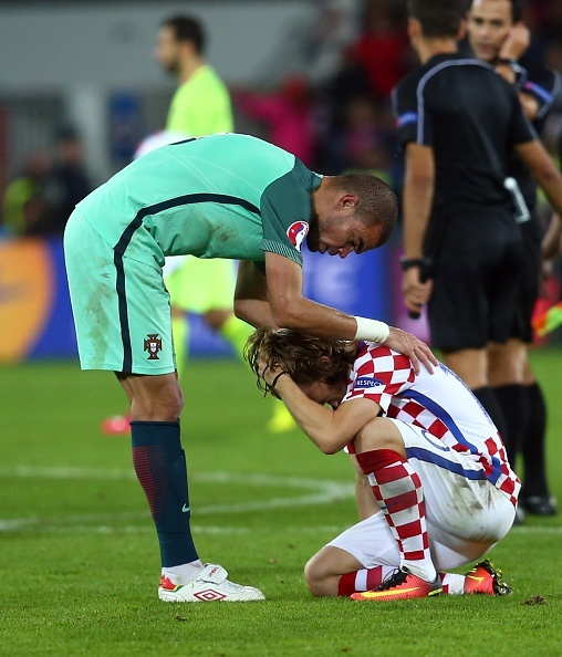 Modric nuc no trong vong tay an ui cua Ronaldo hinh anh 5