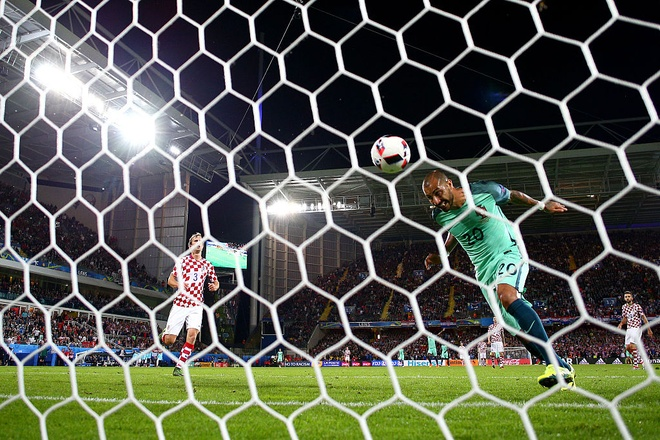 Modric nuc no trong vong tay an ui cua Ronaldo hinh anh 1