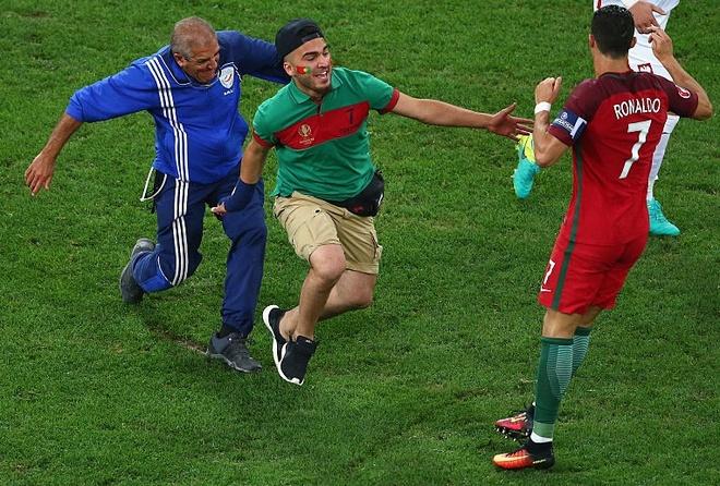 Ronaldo ne cuc nhanh CDV lao vao san om minh hinh anh 1