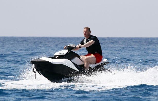 Rooney lái môtô nước, trút bỏ nỗi buồn thất bại - Hậu trường ...