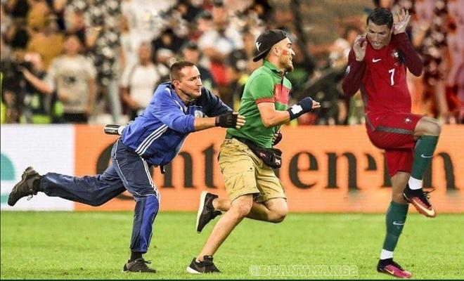 Ronaldo ne cuc nhanh CDV lao vao san om minh hinh anh 2