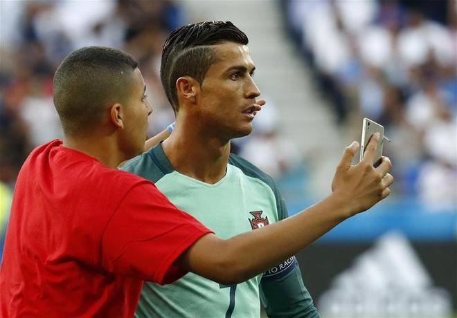 Chang trai lau ca chop co hoi chup anh voi Ronaldo hinh anh