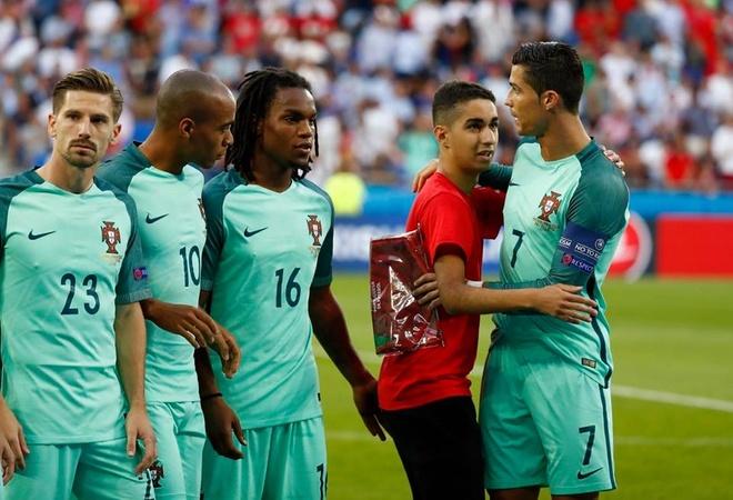 Chang trai lau ca chop co hoi chup anh voi Ronaldo hinh anh 2