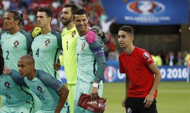 Chang trai lau ca chop co hoi chup anh voi Ronaldo hinh anh 1
