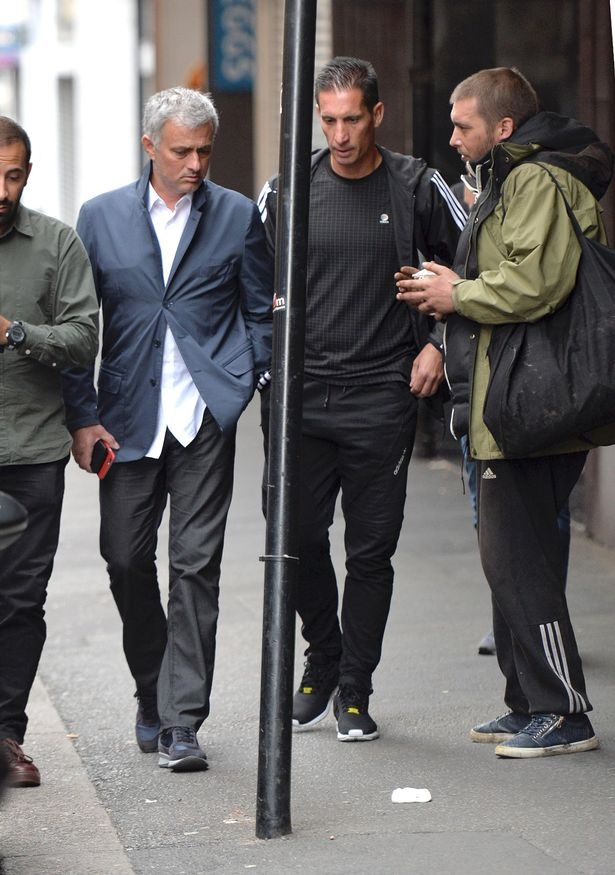 Mourinho bi nguoi vo gia cu voi tien tren pho hinh anh 2