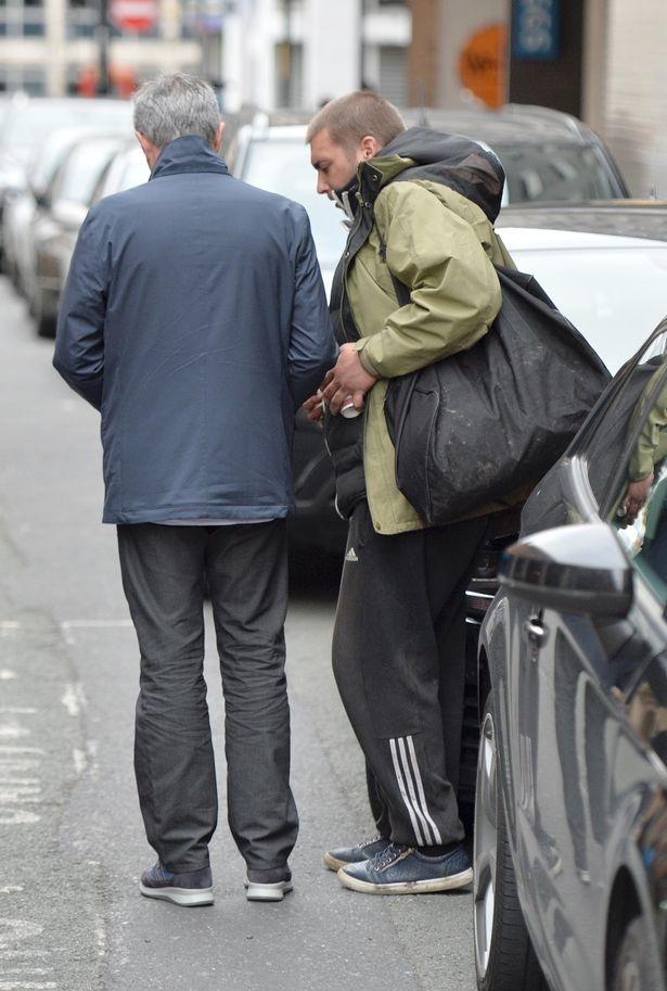 Mourinho bi nguoi vo gia cu voi tien tren pho hinh anh 4