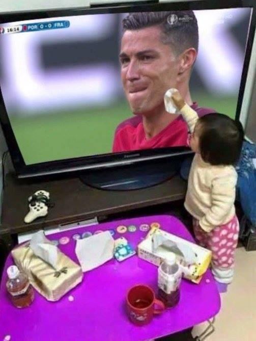 Anh vui ve chu buom dau tren mat Ronaldo hinh anh 7