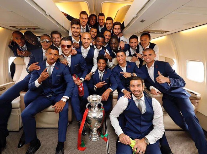 Ronaldo om chat cup tren may bay ve nuoc hinh anh 11