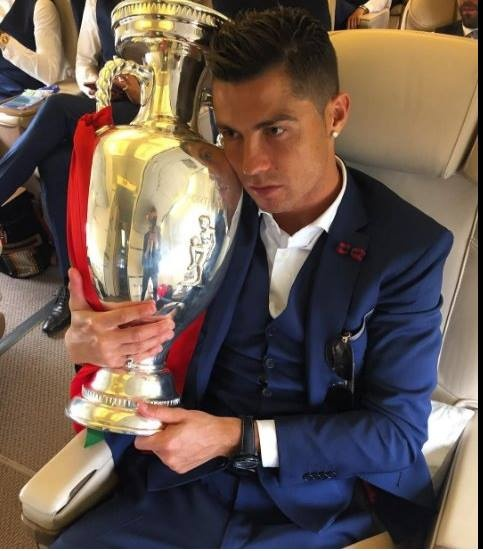 Ronaldo om chat cup tren may bay ve nuoc hinh anh 5