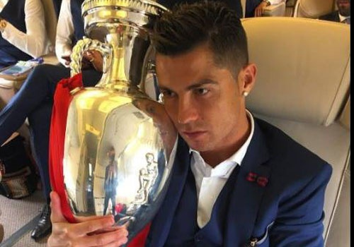 Ronaldo om chat cup tren may bay ve nuoc hinh anh