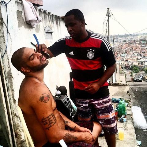 'Hoang de' Adriano song lui thui o khu o chuot hinh anh 1