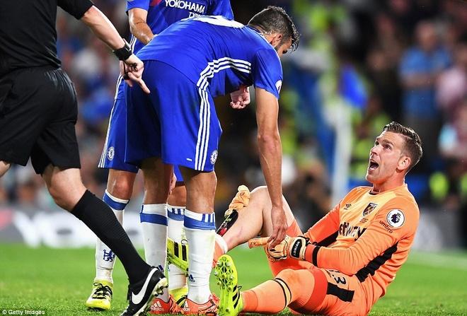 Diego Costa dap vao chan thu mon West Ham hinh anh 3