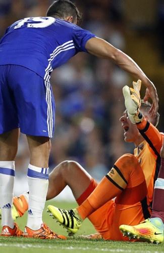 Diego Costa dap vao chan thu mon West Ham hinh anh 4