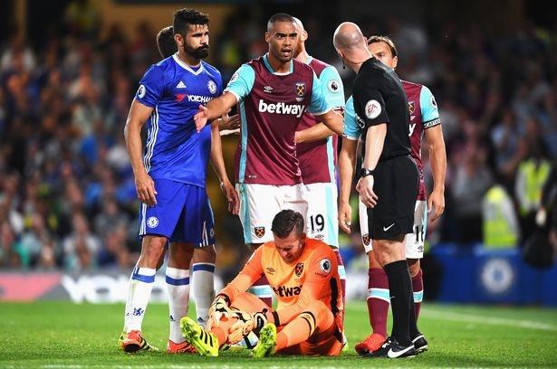 Diego Costa dap vao chan thu mon West Ham hinh anh 5
