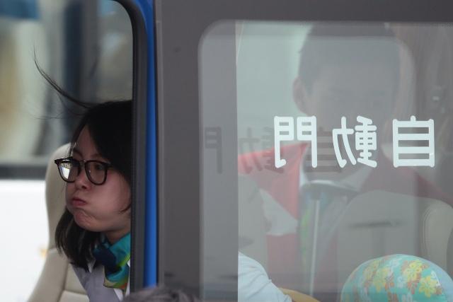 Sun Yang gap Chan Tu Dan, dua nghich voi VDV xinh dep hinh anh 11