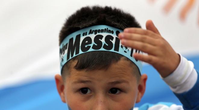 Fan cuong quy lay Messi giua san bong hinh anh 12