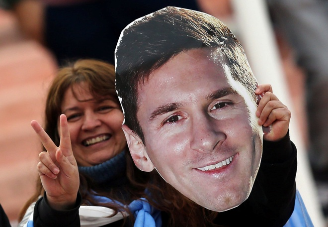 Fan cuong quy lay Messi giua san bong hinh anh 13