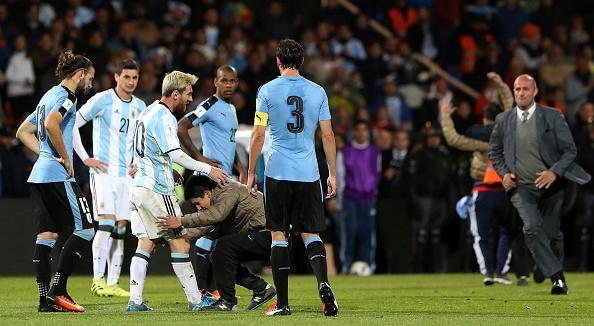 Fan cuong quy lay Messi giua san bong hinh anh 1