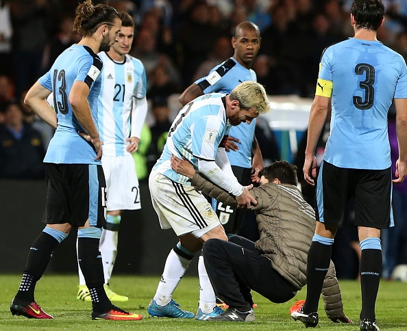 Fan cuong quy lay Messi giua san bong hinh anh 3