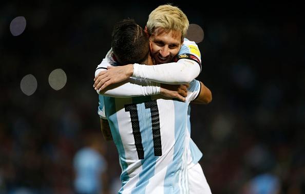 Fan cuong quy lay Messi giua san bong hinh anh 17