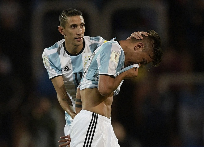Fan cuong quy lay Messi giua san bong hinh anh 18