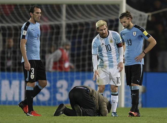 Fan cuong quy lay Messi giua san bong hinh anh 2
