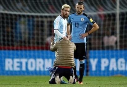 Fan cuong quy lay Messi giua san bong hinh anh