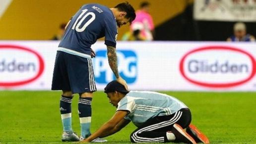 Fan cuong quy lay Messi giua san bong hinh anh 5