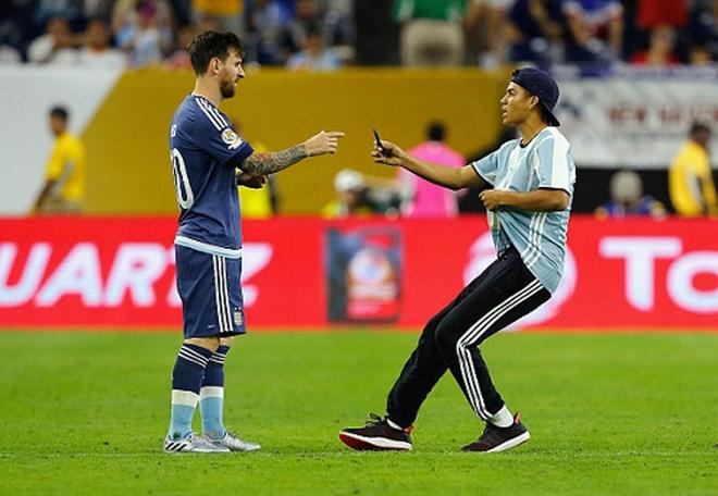 Fan cuong quy lay Messi giua san bong hinh anh 7