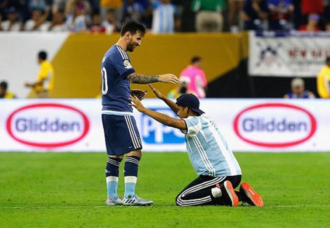 Fan cuong quy lay Messi giua san bong hinh anh 6