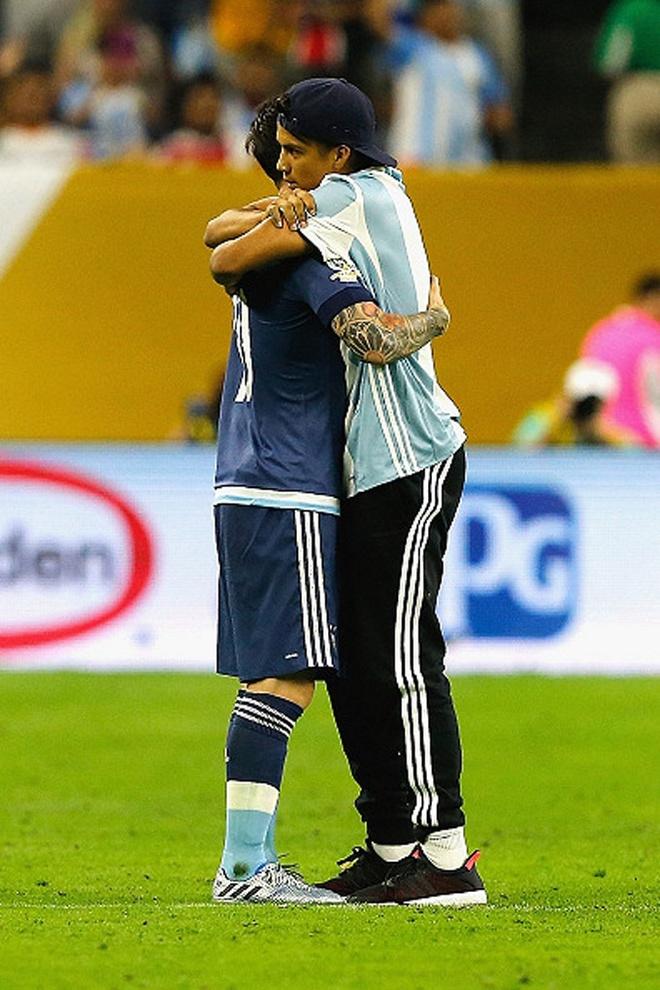 Fan cuong quy lay Messi giua san bong hinh anh 8
