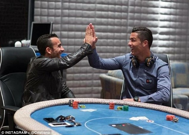 Nguoi dan ong thuong xuyen chup anh cung Ronaldo la ai? hinh anh 12
