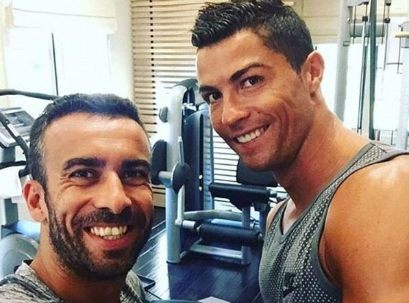 Nguoi dan ong thuong xuyen chup anh cung Ronaldo la ai? hinh anh
