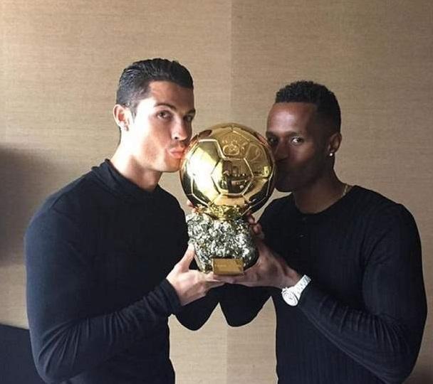 Nguoi dan ong thuong xuyen chup anh cung Ronaldo la ai? hinh anh 16