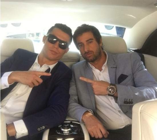 Nguoi dan ong thuong xuyen chup anh cung Ronaldo la ai? hinh anh 17