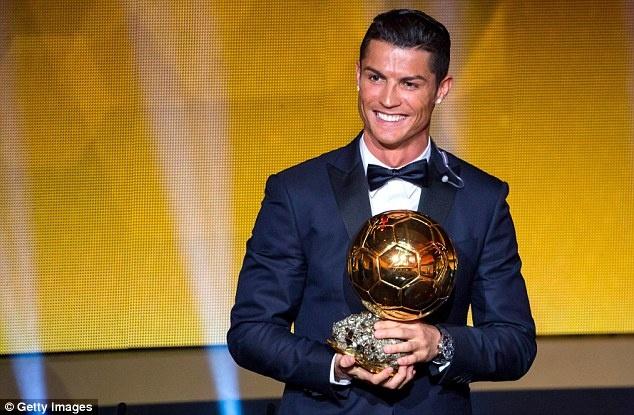 Ronaldo dap tra Xavi anh 1