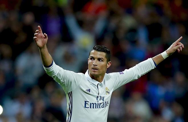 Ronaldo vao top 10 chan sut hang dau lich su bong da hinh anh