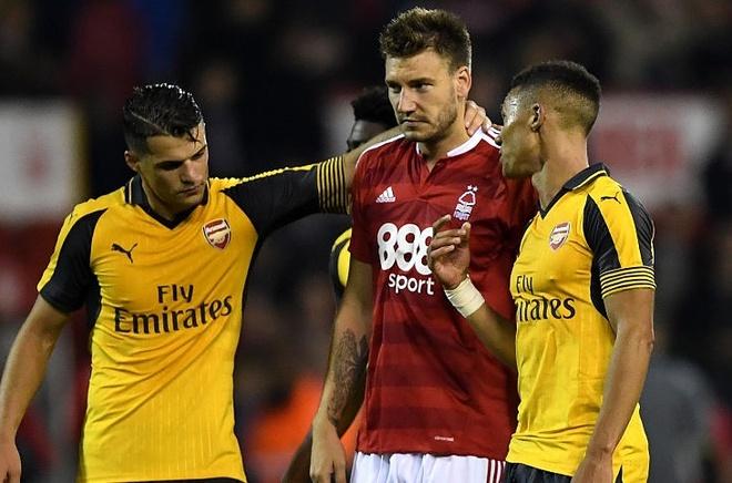 Doi cua 'Lord' Bendtner bi Arsenal huy diet hinh anh