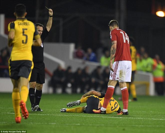 Doi cua 'Lord' Bendtner bi Arsenal huy diet hinh anh 5