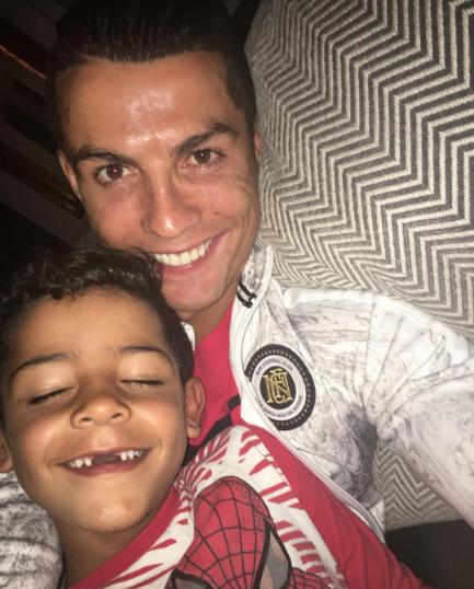 Ronaldo khoe con trai sun rang hinh anh 1