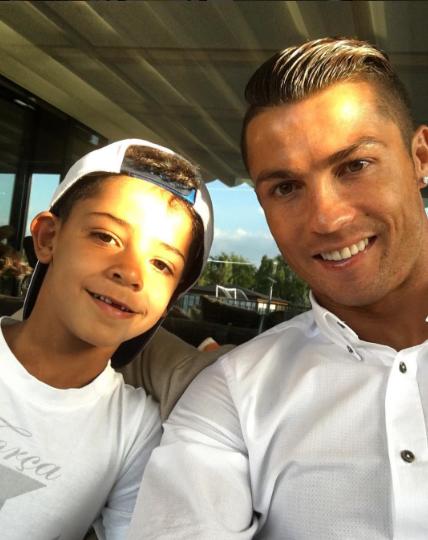 Ronaldo khoe con trai sun rang hinh anh 2