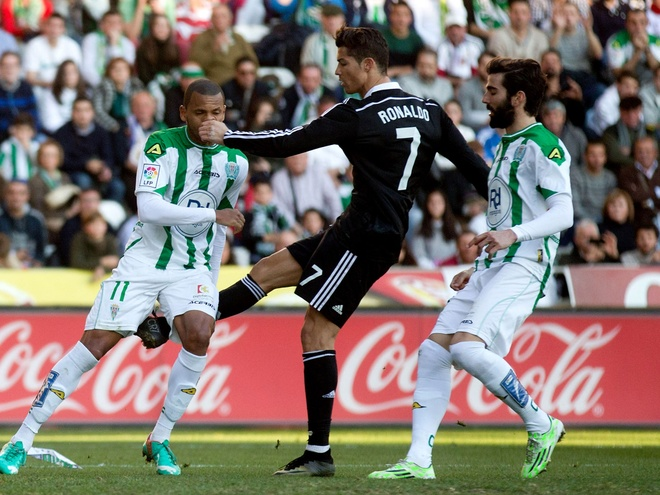 Ronaldo doi mat an treo gio vi da nguoi hau ve Dortmund hinh anh 1