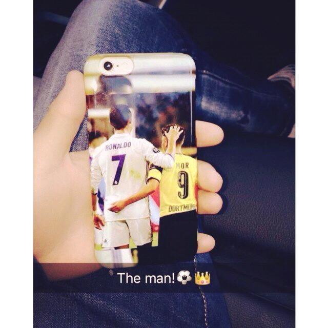 Sao Dortmund dung op dien thoai in hinh chup voi Ronaldo hinh anh 1