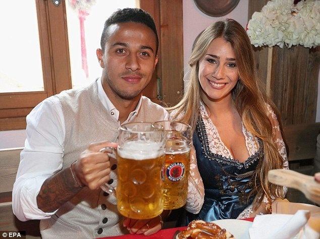 Bolt do suc voi sao Bayern o le hoi bia lon nhat the gioi hinh anh 14